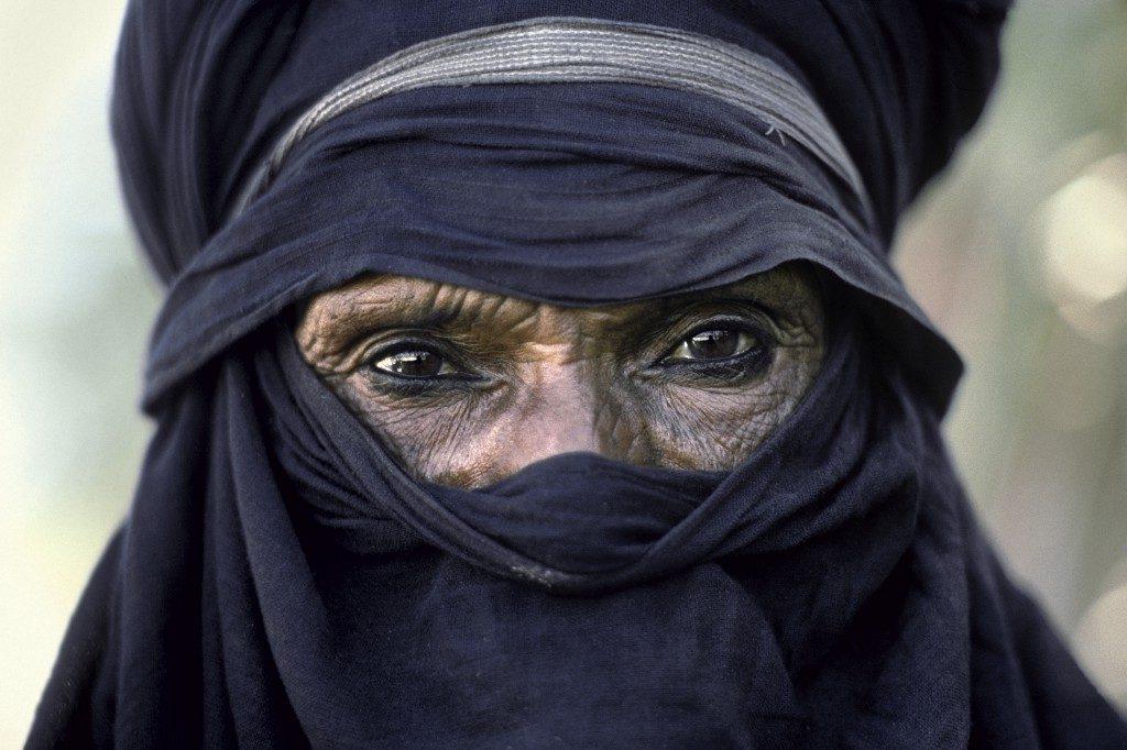 Dans sa tenue indigo, le chef Abakaoua ag Kanom, symbole de la résistance obstinée du peuple Targui Kel Tédélé, porte fièrement ses 72 ans et souligne d'un trait de khol la volonté tenace de son regard (région de l'Aïr, Niger).