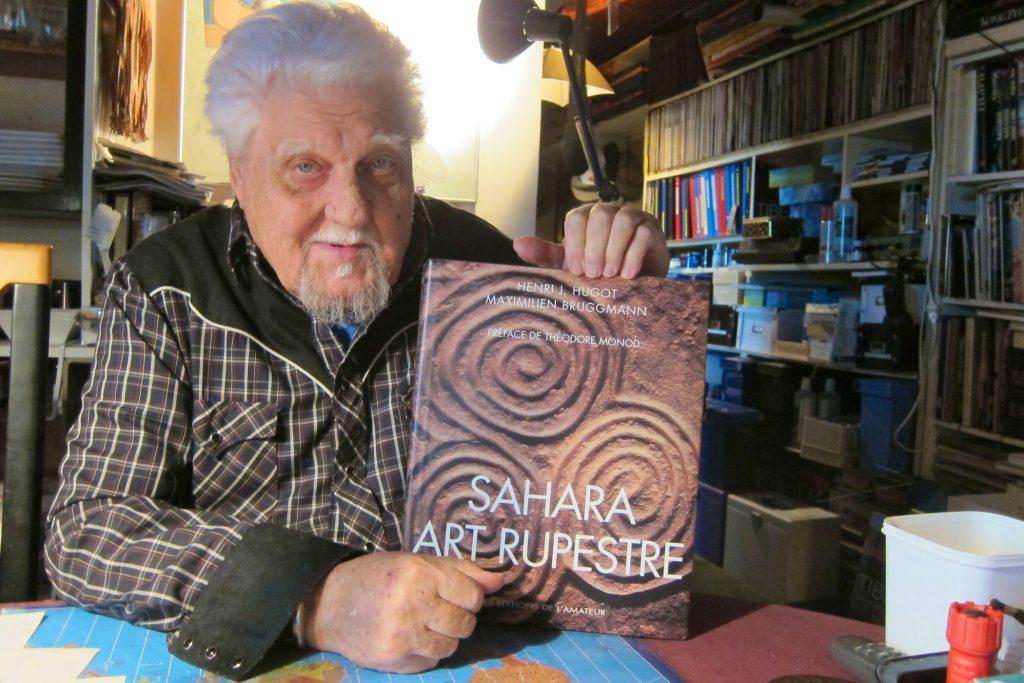 Maximilien Bruggmann avec son livre sur l'art rupestre (4kg100 !)